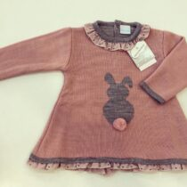 Rochiță din tricot roz, detaliu iepuraș